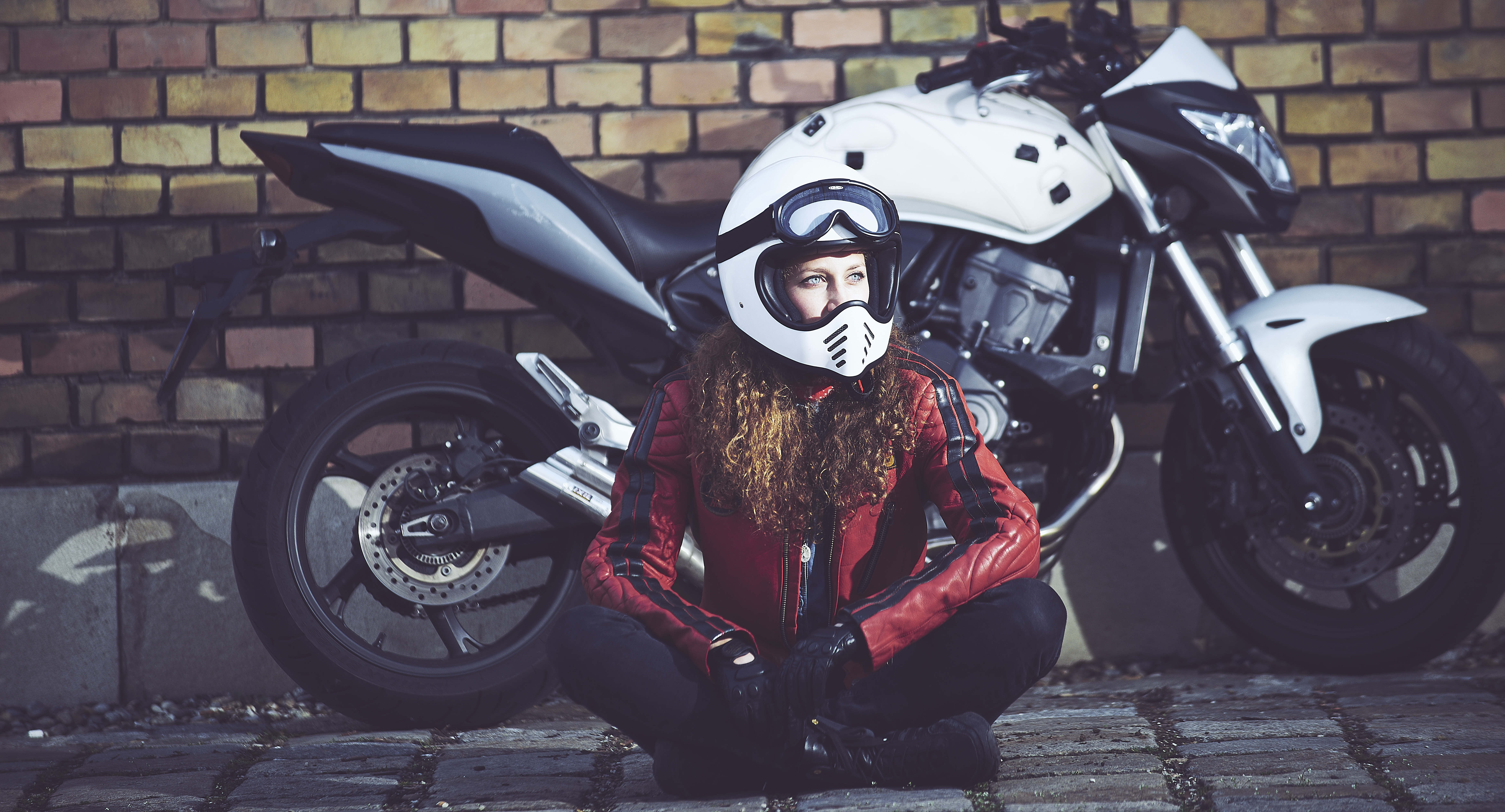 Jenna Philippe and her hornet 600 , artist and founder of a-moto
